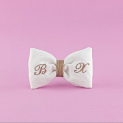Μπομπονιέρα Γάμου Φιόγκος από Πικέ Ύφασμα με Κεντημένα Αρχικά
