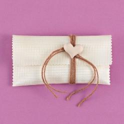 Φάκελος Εκρού Σατέν-Δίχτυ με Ακρυλική Καρδιά για Μπομπονιέρα Γάμου