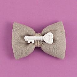 Μπομπονιέρα Γάμου Φιόγκος από Λινό Ύφασμα με Διακοσμητικό Κλειδί