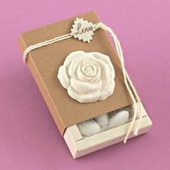 Μπομπονιέρα Γάμου Κουτάκι Κράφτ με Ακρυλικό Αρωματικό Τριαντάφυλλο και Love