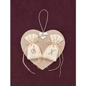 Μπομπονιέρα Γάμου Καρδιά Κρεμαστή με Κεντημένα Αρχικά σε Πουγκάκια